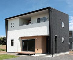 黒い壁に包まれたスタイリッシュな家 / K-HOUSE
