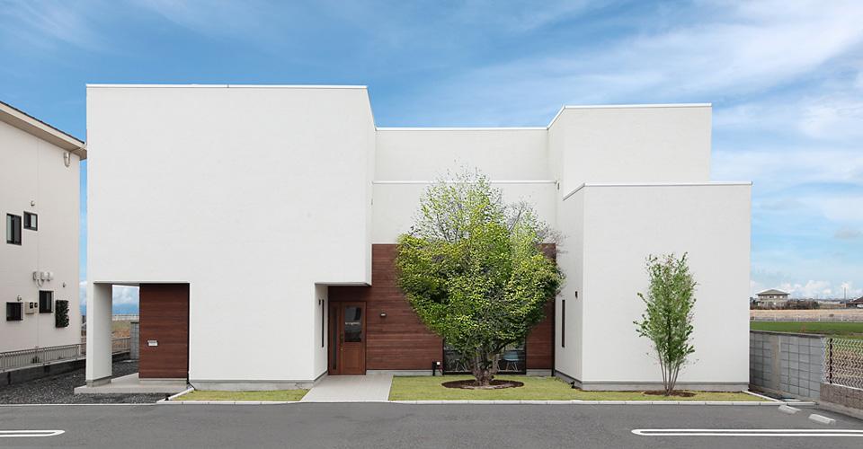 白と木が調和する外観に個性が光る美容室 / Bring melt + K-HOUSE