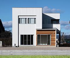 白いガルスパンとレッドシダーが美しく調和する家 / O-HOUSE