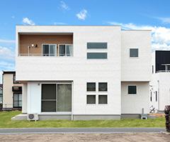 木の温もりを感じる天然の床材を使用した家 / I-HOUSE