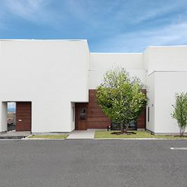 白と木が調和する外観に個性が光る美容室 / Bring melt + K-HOUSE/群馬県太田市