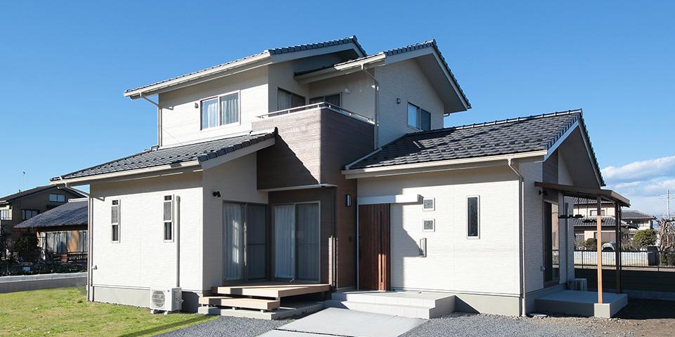 瓦屋根の棟が重なる切妻の家 / K-HOUSE
