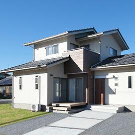 瓦屋根の棟が重なる切妻の家 / K-HOUSE/群馬県太田市